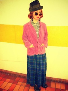 1ピンクのテーラードジャケット×チェックロングスカート×ハット