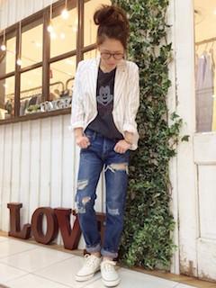 1白のテーラードジャケット×デニム×キャラTシャツ