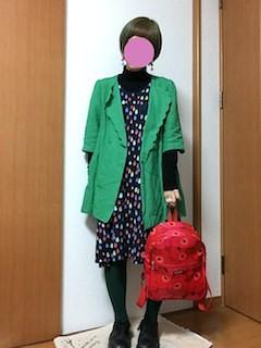 1緑のテーラードジャケット×ガラフルワンピ×リュック