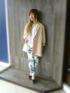 10ピンクのテーラードジャケット×花柄パンツ×白ロングTシャツ