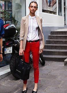2ベージュのテーラードジャケット×白ブラウス×赤デニム