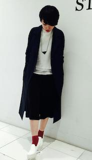 4黒トレンチコート×黒スカート×白ニット