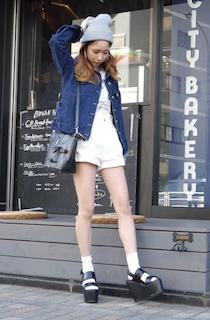6デニムジャケット・Gジャン×白ショートパンツ×厚底サンダル