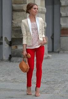 6白のテーラードジャケット×赤パンツ×ピンクレース