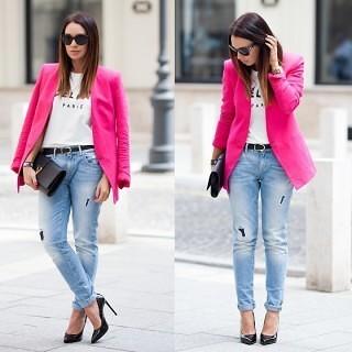 7ピンクのテーラードジャケット×デニム×クラッチバッグ