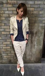 1白のレザージャケット×紺ブラウス×白パンツ