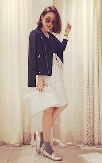 1青のレザージャケット×白スカート×ローファー