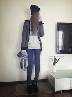 1青パンツのレディース×白トップス×グレーカーデ
