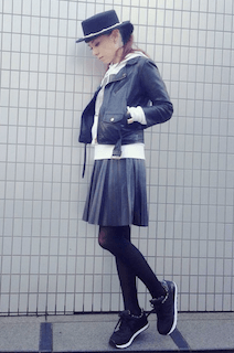 1黒レザージャケット×白パーカー×プリーツスカート
