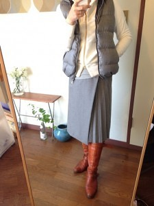 10グレーのダウンベスト×白ジップパーカー×プリーツスカート