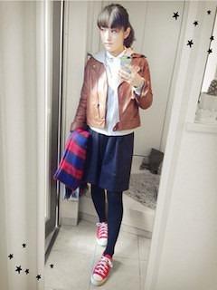 10ブラウンレザージャケット×グレーパーカー×ネイビースカート