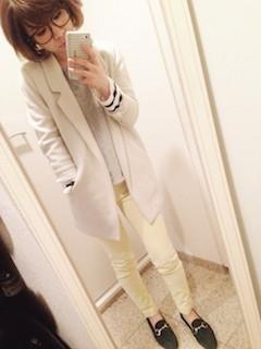 10黄色パンツ×白ジャケット×白ニット