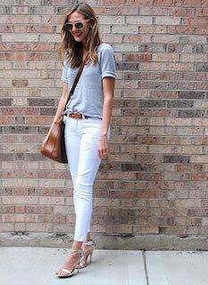 2白パンツ×グレーTシャツ×茶色ショルダーバッグ