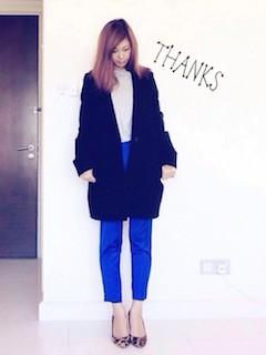 2青パンツのレディース×白ショートトップス×チェスターコート
