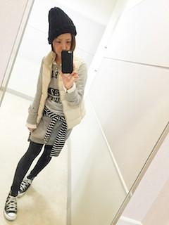 3白のダウンベスト×トレーナーワンピ×黒ニット帽子