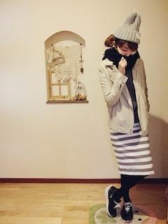 3白のレザージャケット×ボーダースカート×ニット帽子