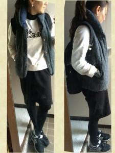 4グレーのダウンベスト×白トレーナー×黒タイトスカート