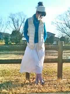 4白のダウンベスト×サックスブルータートル×白ロングスカート