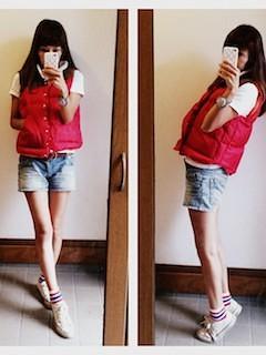 4赤のダウンベスト×ショートパンツ×白ポロシャツ