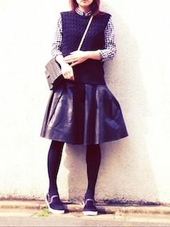 4黒ニットベスト×チェックシャツ×黒レザースカート