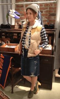 5ベージュのダウンベスト×チェックシャツ×デニムスカート
