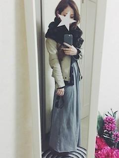 5ベージュのレザージャケット×マキシ丈スカート×黒スヌード