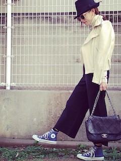 5白のレザージャケット×ワイドパンツ×ショルダーバッグ