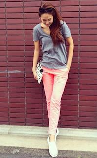 6ピンクパンツ×グレーTシャツ×白スニーカー