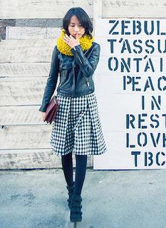 6黒のレザージャケット×チェックスカート×黄色スヌード
