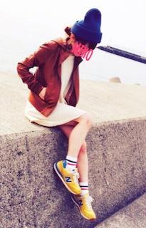 7ブラウンのレザージャケット×白ミニワンピ×黄色スニーカー