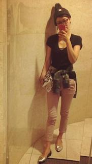 8ピンクパンツ×黒Tシャツ×迷彩柄ジャンパー