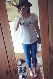 8青パンツのレディース×白Tシャツ、ハット