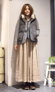 9グレーのダウンベスト×ジャケット×マキシ丈スカート