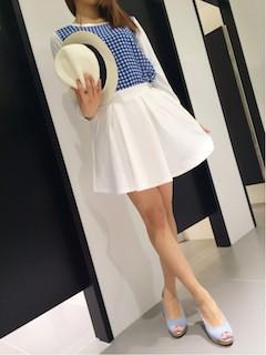 1白フレアスカート×青白チェックトップス×青サンダル
