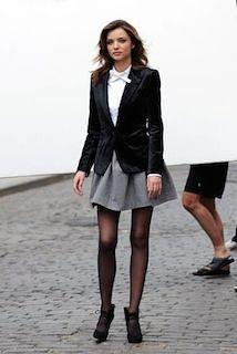 10グレーフレアスカート×黒ジャケット×白ブラウス