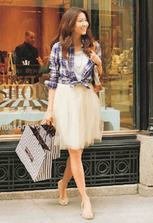10白チュールスカート×白Tシャツ×チェック柄ブラウス