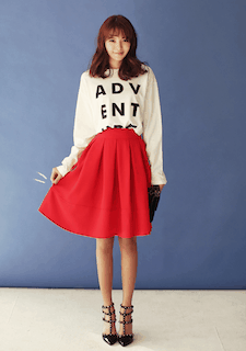 10赤フレアスカート×白プリントTシャツ×ハイヒール