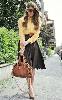 10黄色シャツ×茶系フレアースカート×ベージュヒール