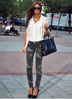 2白のシャツ×迷彩柄パンツ×黒ヒール