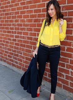 2黄色シャツ×ネイビージャケット×黒パンツ