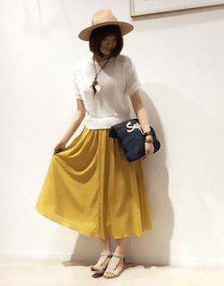 3白の春ニット×黄色フレアスカート×麦わら帽子