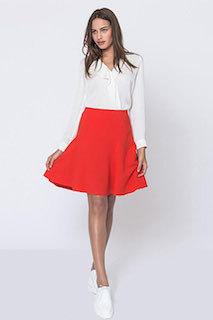 3赤フレアスカート×白ブラウス×白スニーカー