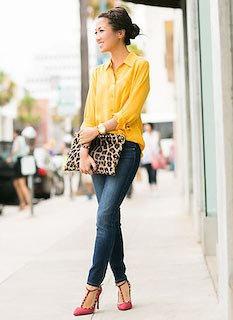 3黄色シャツ×デニム×豹柄クラッチバッグ