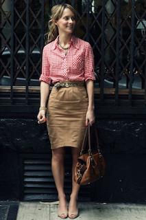 4ギンガムチェックシャツ×ベージュタイトスカート×茶系ハンドバッグ