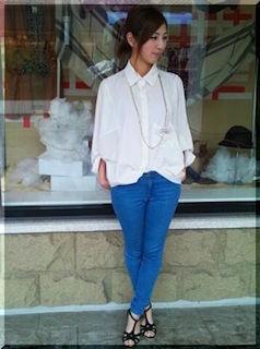 4白のシャツ×青デニム×ロングネックレス