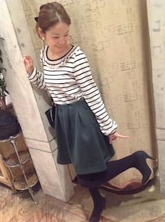 4緑フレアスカート×ボーダートップス×黒ブーツ