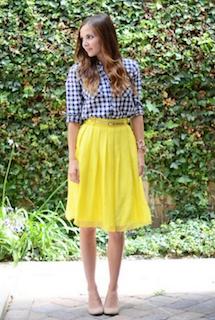 5ギンガムチェックシャツ×黄色フレアースカート×パンプス