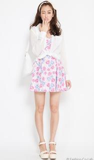 5白のシャツ×花柄ミニワンピース×白ハイヒール