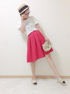 5赤フレアスカート×白Tシャツ×麦わら帽子