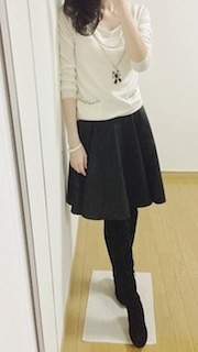 5黒フレアスカート×白カットソー×黒タイツ